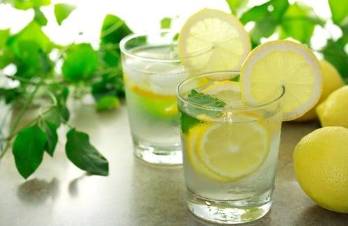 est il bon de boire de l eau chaude au citron le matin sant nutrition. Black Bedroom Furniture Sets. Home Design Ideas