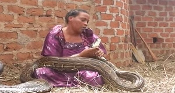 Elle dormait avec un serpent, puis le vétérinaire lui a