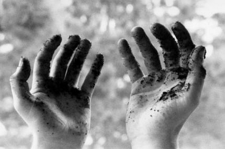 mains-dans-la-terre-1