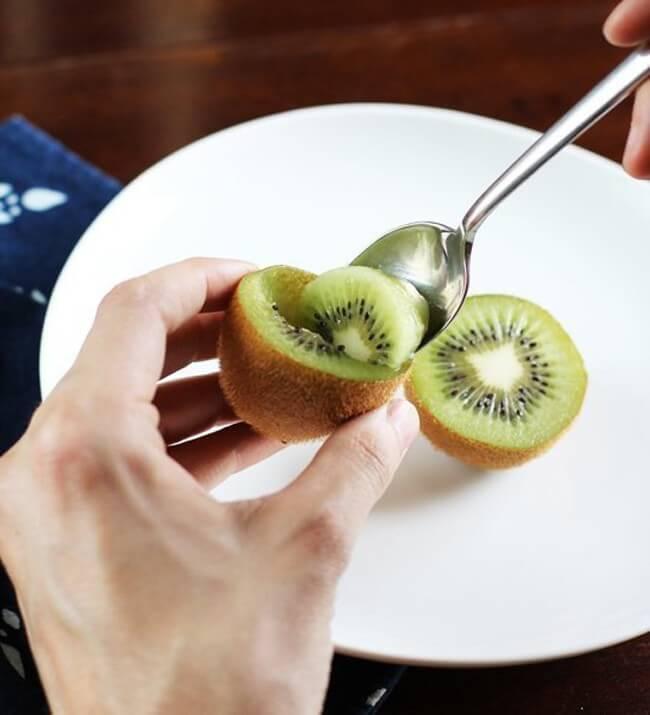 couper-eplucher-fruits-bonne-maniere-2